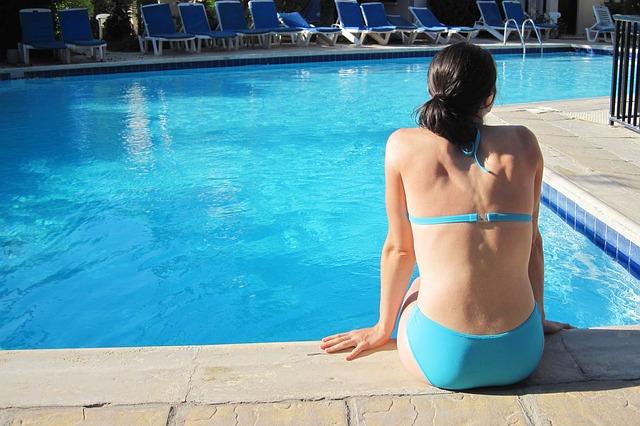 dívka v modrých plavkách